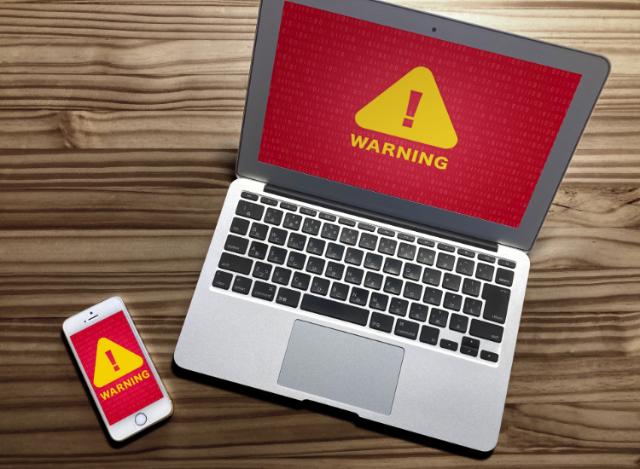 PC・スマートフォンに警告が出ている画像